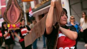 cgt_feministas_y_lobby_gay_ridiculizan_semana_santa_en_sevilla